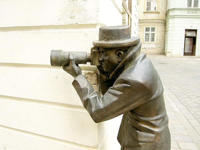 Statuie reprezentând un paparazzo, în Bratislava Sursa: en.wikipedia.org
