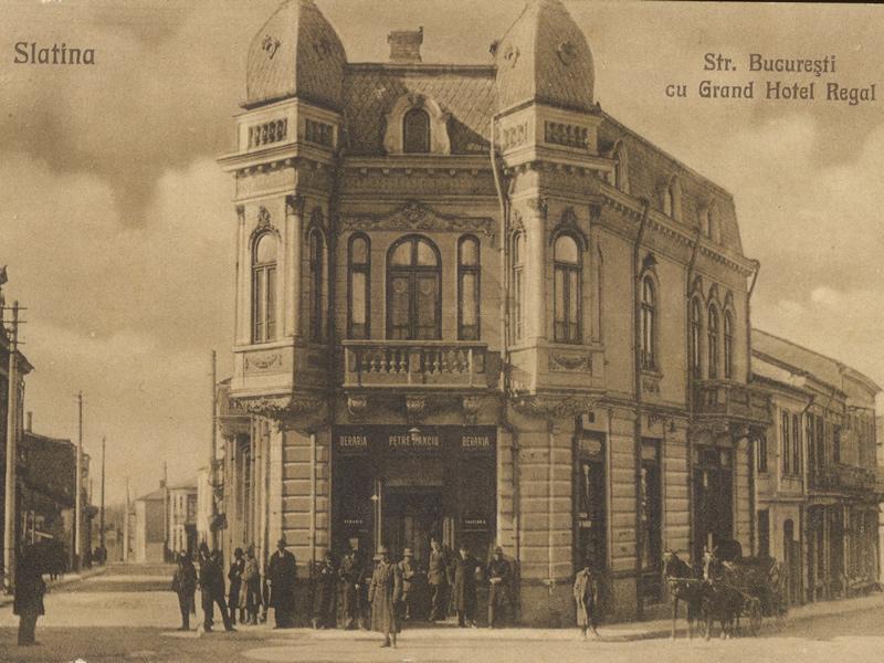 Carte poștală veche reprezentând vederea clădirii Grand Hotel Regal din Slatina, Str. București; Sursă foto: http://ro.wikipedia.org